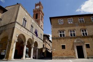 pienza logge palazzo comunale toscana arcobaleno d'estate 2018